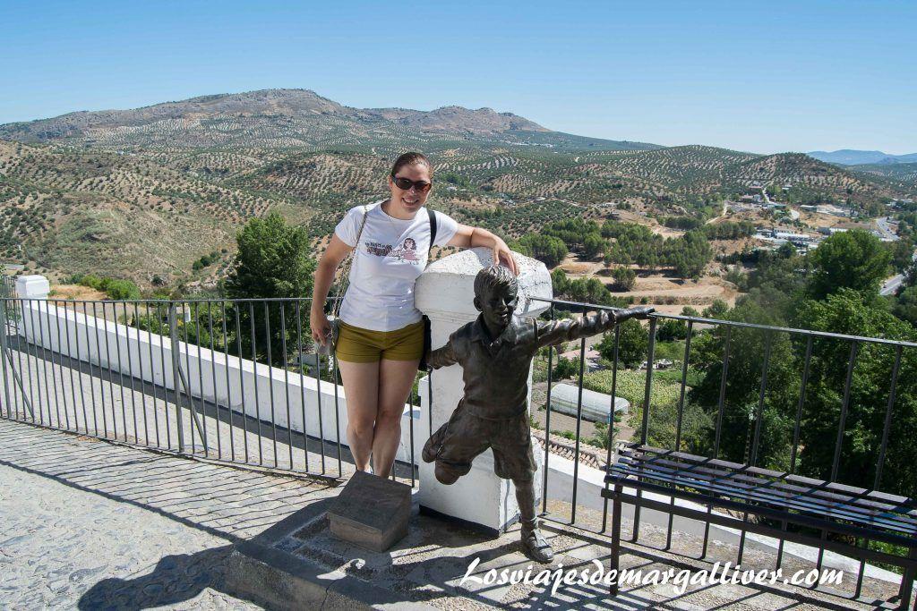 Margalliver con la escultura de Joselito en Priego de Córdoba